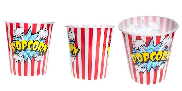 Cestino di popcorn su sfondo bianco isolato. spuntino squisito al cinema