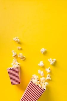Композиция из попкорна на желтом фоне