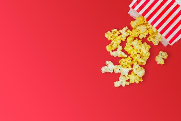 영화 광고 개념을 위한 빨간색 배경의 팝콘