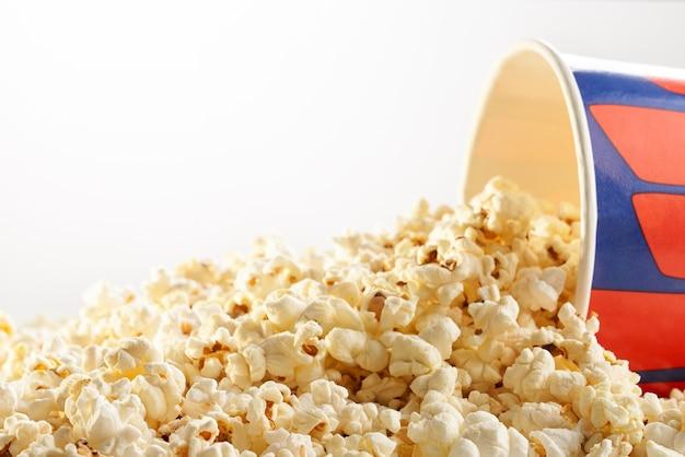 팝콘은 흰색 종이 상자를 쏟았습니다. 영화의 개념.