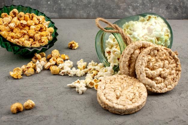 Popcorn dolce e salato con i biscotti su un gray