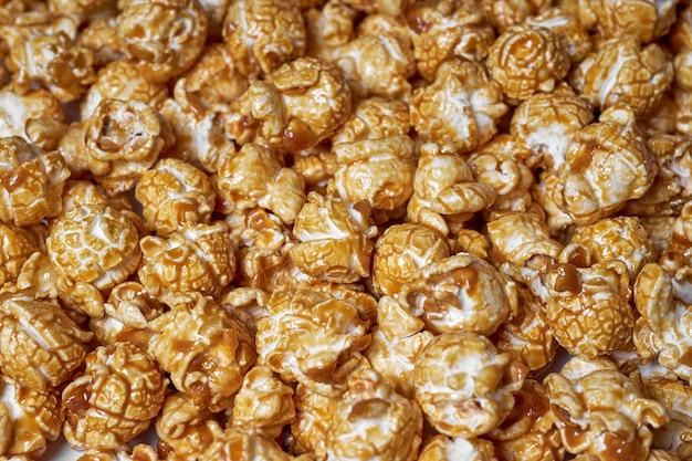 キャラメルのクローズアップとポップコーン。映画のための甘いポップコーン