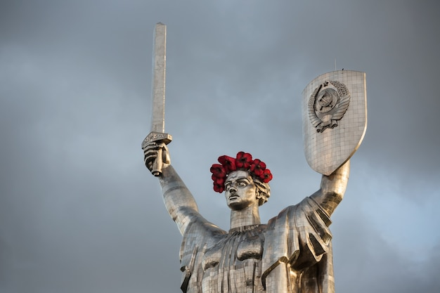Маки памяти. монумент родина-мать украшен венком из маков в день памяти и примирения в киеве, украина