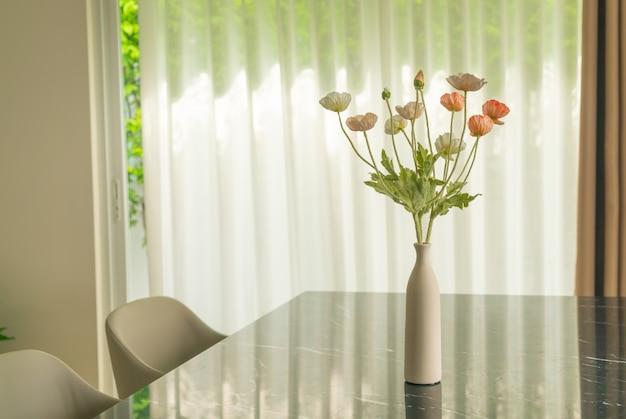 식탁에 꽃병 장식에 양귀비 꽃