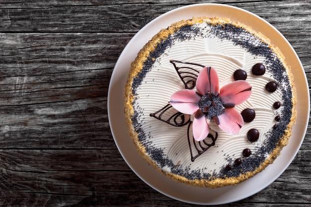 Торт с маком, грецким орехом и изюмом