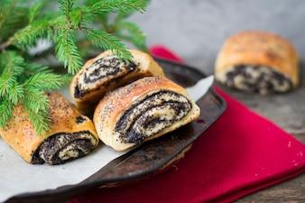 Poppyseedパン。クリスマスベーカリー。 Xmas。新年のパンです。朝食コンセプト。ペストリー