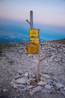 スロバキア、ポプラト-2018年9月9日:ハイタトラ国立公園の山頂でのハイキングウェイ方向の観光サインマップ