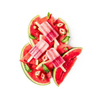 Фруктовое мороженое, нарезанный арбуз, листья мяты и фруктовые ягоды клубники, изолированные на белом фоне, включен путь клиппирования. вид сверху, плоская планировка. элемент дизайна