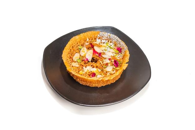 Ghevar 또는 ghewar라고 불리는 인기 있고 전통적인 인도 라자스탄 달콤한 아이템 디저트