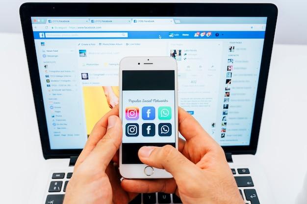 휴대 전화에서 인기있는 앱과 노트북의 페이스 북