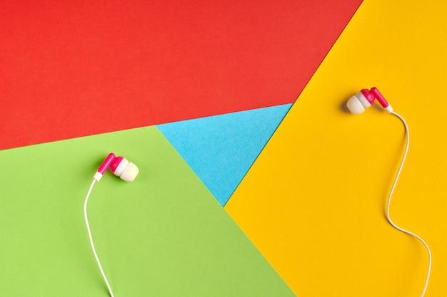 Популярный логотип браузера из бумаги. наушники на логотипе. аудио, мультимедийная концепция. красный, желтый, зеленый и синий цвета. красочный и яркий логотип