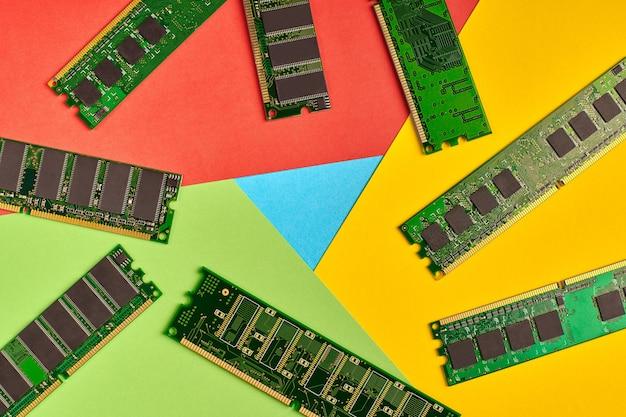 Популярный логотип браузера из бумаги. высокое использование памяти. красный, желтый, зеленый и синий цвета. красочный и яркий логотип