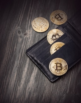 Популярная криптовалюта в кожаном кошельке на деревянном столе