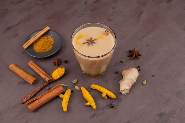 人気のインドドリンクマサラティーまたはマサラチャイ。牛乳、さまざまなスパイス、スパイスを加えて調製。