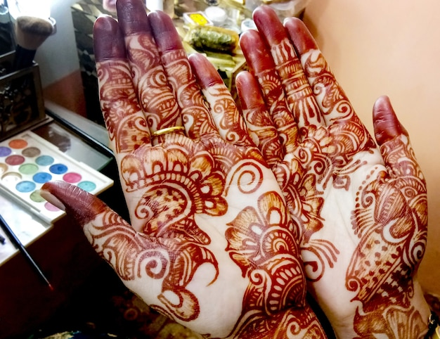 Популярные рисунки менди для рук или кистей рук, расписанные в индийских традициях механди