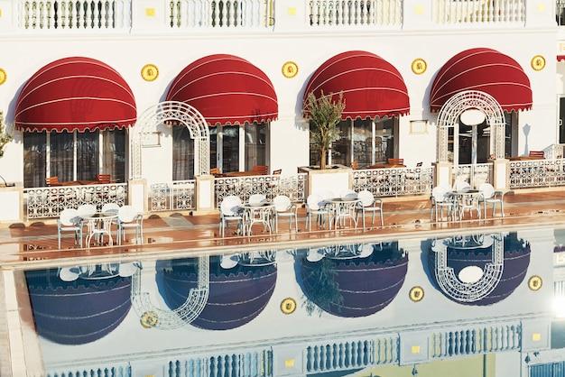 Il popolare resort amara dolce vita luxury hotel. con piscine e parchi acquatici e aree ricreative lungo la costa del mare in turchia. tekirova-kemer.