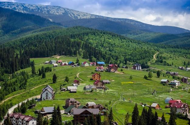 夏に人気のスキーリゾートブコベル。ウクライナのカルパティア山脈。