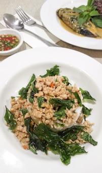 Популярная тайская еда, листья базилика, обжаренные с курицей и тушеный рис