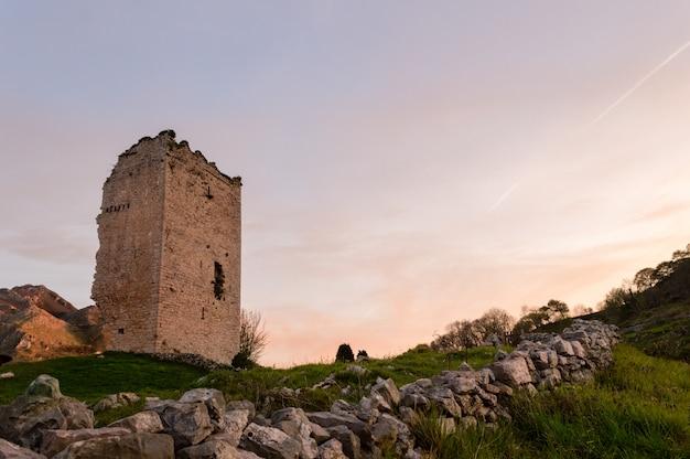 人気のある観光名所:12世紀の中世の塔城の遺跡。アストゥリアス。スペイン。