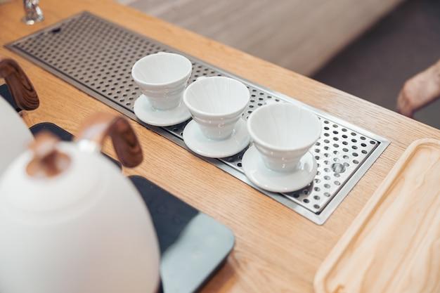 카페테리아 카운터에 도자기 커피 컵