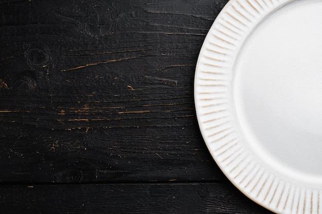 텍스트 또는 음식을 위한 복사 공간이 있는 복사 공간이 있는 도자기 빈 흰색 접시 세트