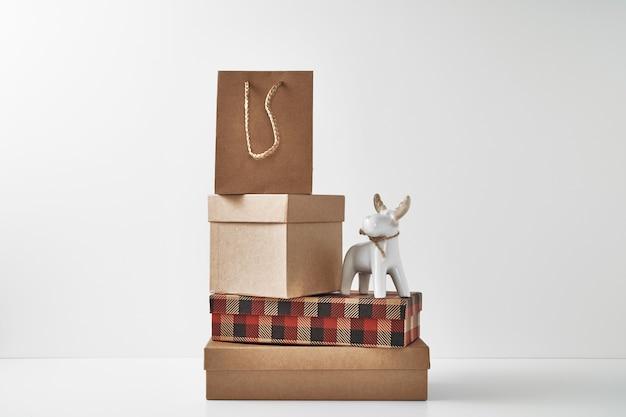 Фарфоровая фигурка новогоднего оленя и нового года, праздничный декор