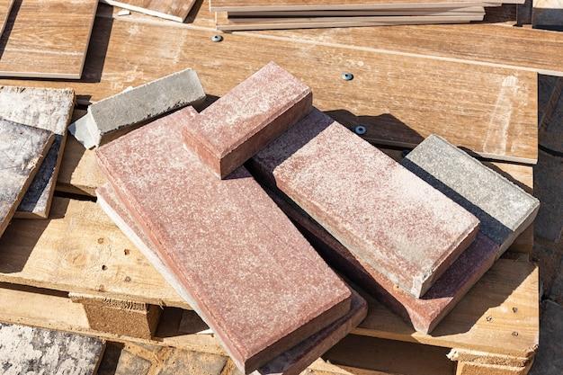 Плитка из керамогранита на поддоне на строительной площадке. остатки плитки после укладки пола.