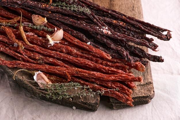 Вяленая свинина и говядина на деревянной поверхности