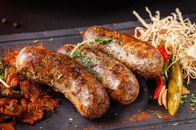 향신료를 곁들인 돼지 고기와 쇠고기 소시지
