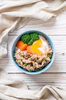 온천 계란과 야채가 들어간 돼지 고기 덮밥