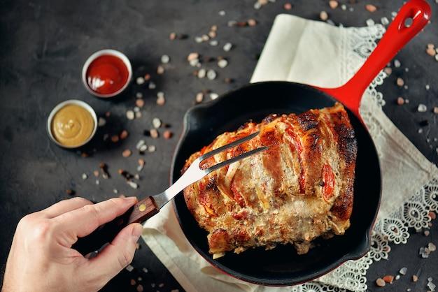 玉ねぎとトマトを鋳鉄鍋で焼き上げた豚肉。