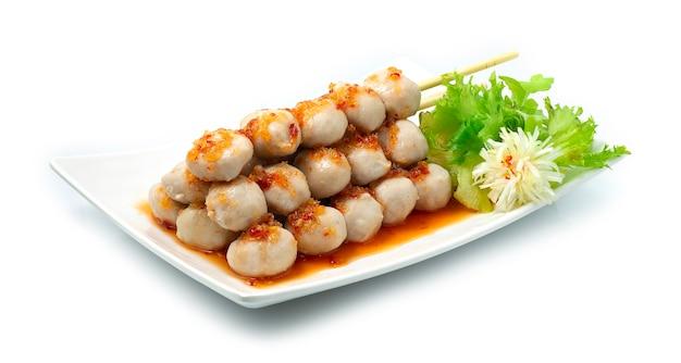 Свиные шарики в бамбуковой палочке со сладким соусом для окунания с чили тайская вкусная еда
