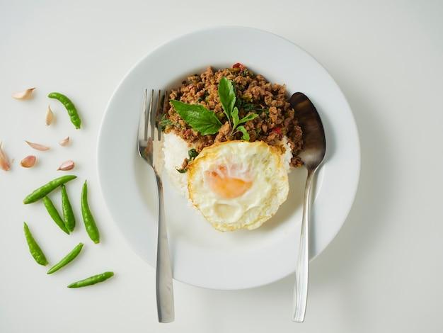 튀긴 계란과 돼지 바질 볶음밥, 태국 음식
