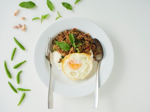 Жареный рис из свинины с базиликом и жареным яйцом, тайская кухня