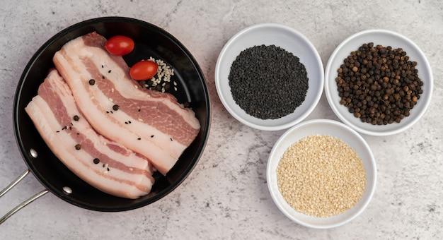 Свиная грудинка на сковороде с семенами перца помидоры и специи