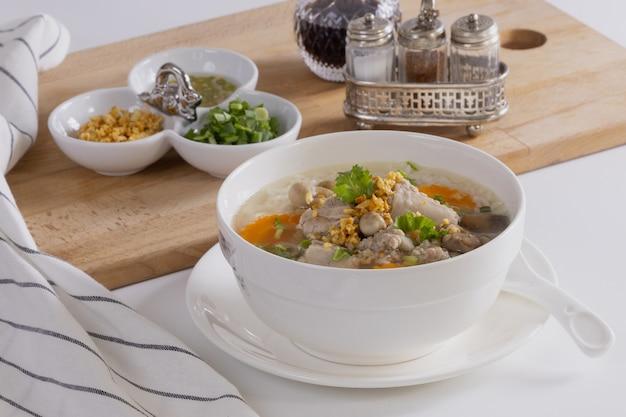 ポークご飯は朝食用のテーブルの上に白いボウル。