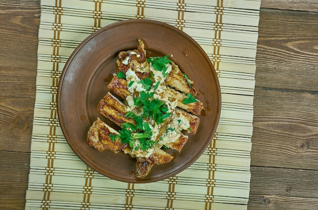 Свиная отбивная agrodolce, итальянский кисло-сладкий соус, приготовленный из меда и бальзамического уксуса, прекрасно дополняет эти нежные свиные отбивные.