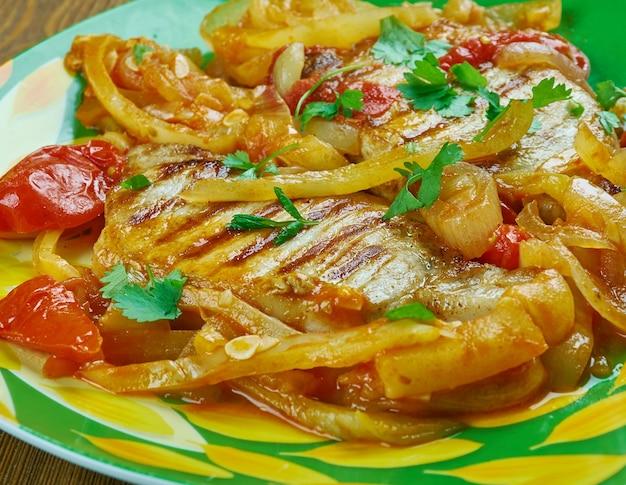 Свиные отбивные alla pizzaiola, сочные свиные отбивные, приготовленные в итальянском соусе с помидорами, луком, провансальскими травами и хлопьями красного перца.