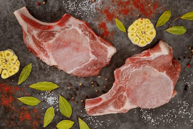 베이 리프와 붉은 고추로 돼지 고기를 잘라