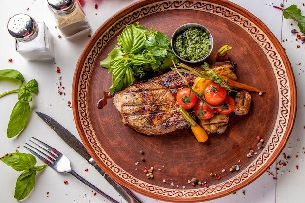 豚肉のアントレコートグリル野菜、マッシュルーム、ペストソース添え、レストランの料理、上面図、水平方向