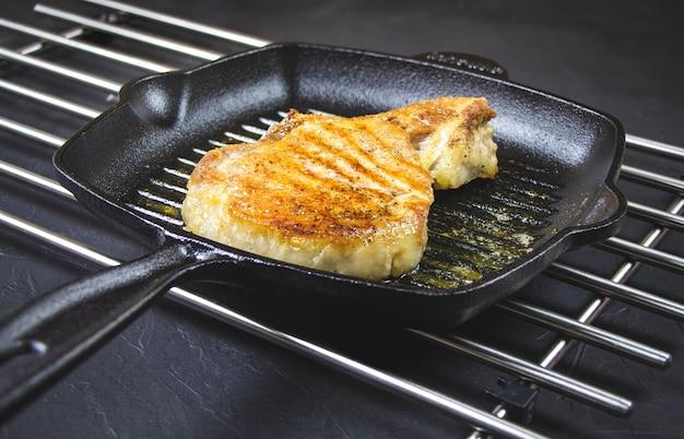 Отбивные из свиного филе на сковороде.