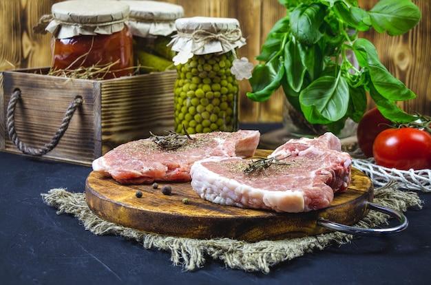 Отбивные из филе свинины на разделочной деревянной доске.