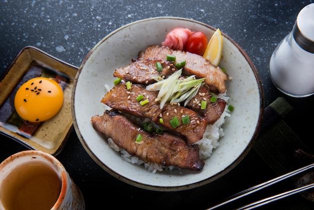 쌀이나 부타 야키 돈에 돼지 고기 그릴.