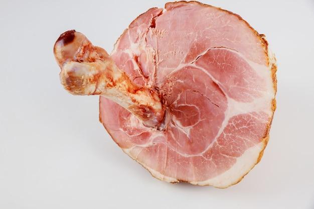 흰색 격리된 배경에 큰 뼈가 있는 돼지고기 햄. 확대.