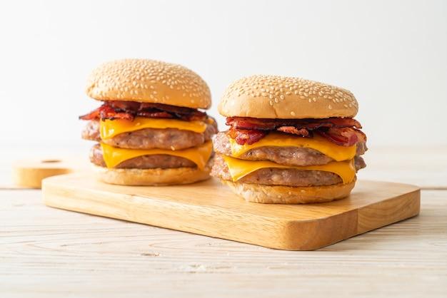 돼지고기 햄버거 또는 치즈와 베이컨을 곁들인 돼지고기 햄버거