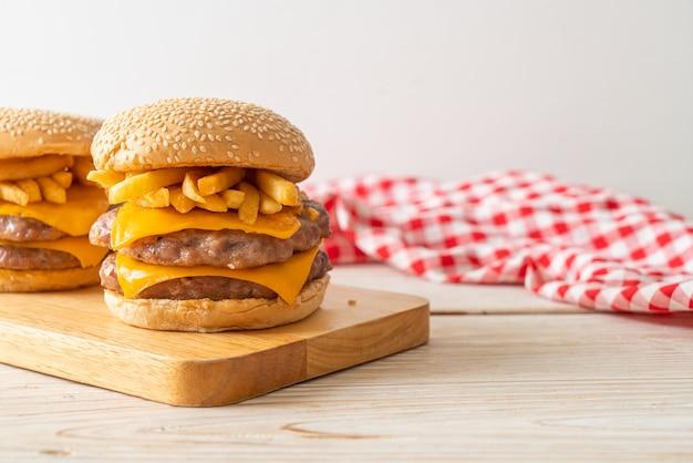 치즈와 감자 튀김을 곁들인 돼지 고기 햄버거 또는 돼지 고기 버거