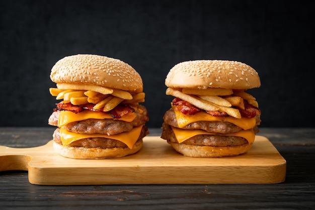 치즈, 베이컨, 감자튀김을 곁들인 돼지고기 햄버거 또는 돼지고기 햄버거