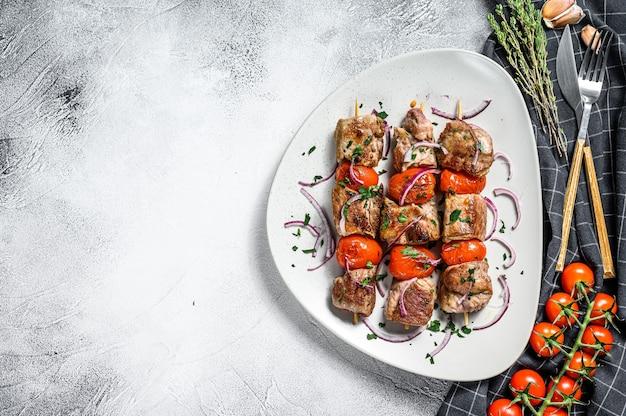 Шашлык из свинины на шпажках с помидором и перцем