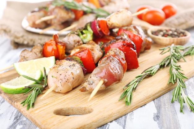 Шашлык из свинины на деревянном столе крупным планом