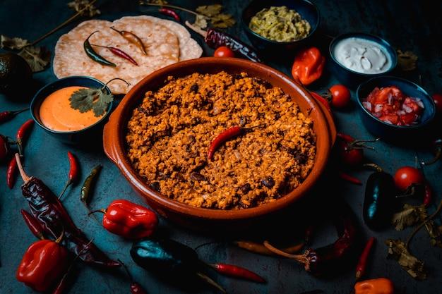 Чаша из свинины для начо и буррито со сметаной и гуакамоле